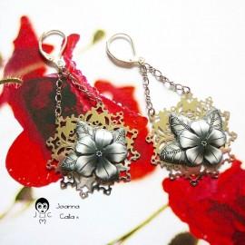 Boucles d'oreilles pendantes en laiton couleur argent rhodié fleur noire en pâte polymère, fait main pièce unique, Joanna Calla