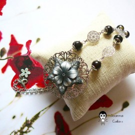 Collier rétro bohème estampe en laiton couleur argent rhodié fleur noire en pâte polymère, Joanna Calla