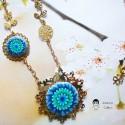 Collier rétro bohème estampe en laiton doré fleur dahlia bleue en pâte polymère, Joanna Calla