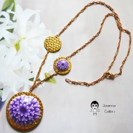 Collier bohème chic en laiton doré à l'or fin 24K fleur dahlia mauve en pâte polymère, Joanna Calla