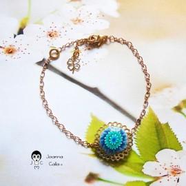 Bracelet souple chainette fine en laiton doré fleur dahlia bleue en pâte polymère fait main pièce unique Joanna Calla