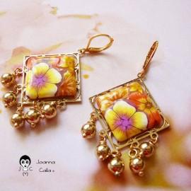 Boucles d'oreilles pendantes plaqué or Thalie fleurs jaune orange en pâte polymère fait main Joanna Calla