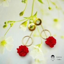 Boucles d'oreilles puces pendantes longues bohème plaqué or fleur rouge en tissu fait main Joanna Calla