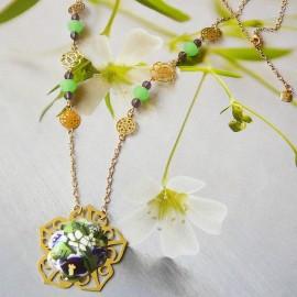 Collier floral bohème Elaia en laiton doré, fleurs mauves en argile polymère, fait main, Joanna Calla