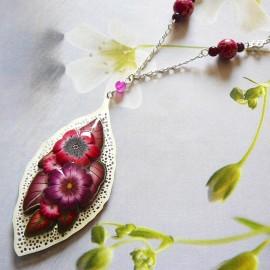 Collier floral bohème Viridiana sur estampe argent mat, fleurs rouges en argile polymère, fait main Joanna Calla
