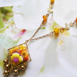 Collier bohème Thalie en laiton doré, fleurs jaune orange en argile polymère, fait main, Joanna Calla
