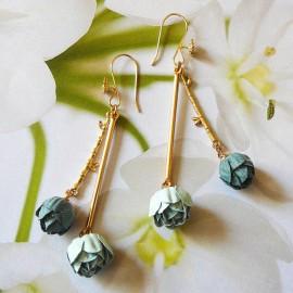 Boucles d'oreilles florales pendantes bohème, Holly plaqué or, deux pivoines bleues en tissu, fait main, Joanna Calla