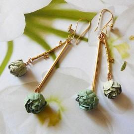 Boucles d'oreilles florales pendantes bohème, Holly plaqué or, pivoines vert et gris en tissu, fait main, Joanna Calla