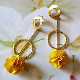 Boucles d'oreilles puces, Daisy pendantes longues, bohème plaqué or, fleur jaune en tissu, fait main Joanna Calla