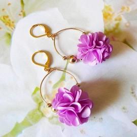Boucles d'oreilles pendantes bohème, Daisy en laiton doré, fleur mauve en tissu, fait main Joanna Calla