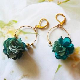 Boucles d'oreilles pendantes bohème, Daisy en laiton doré, fleur vert foncé en tissu, fait main Joanna Calla