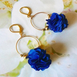 Boucles d'oreilles pendantes bohème, Daisy en laiton doré, fleur bleue en tissu, fait main Joanna Calla