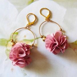 Boucles d'oreilles pendantes bohème, Daisy en laiton doré, fleur rose en tissu, fait main Joanna Calla