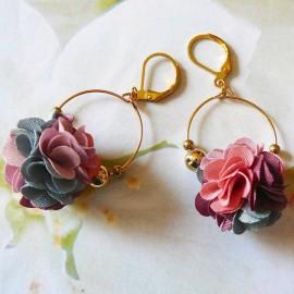 Boucles d'oreilles pendantes bohème, Daisy en laiton doré, fleur rose gris en tissu, fait main Joanna Calla
