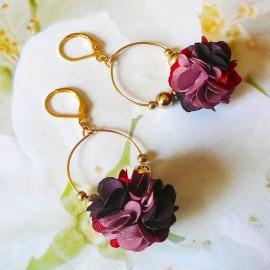 Boucles d'oreilles pendantes bohème, Daisy en laiton doré, fleur rouge foncé en tissu, fait main Joanna Calla