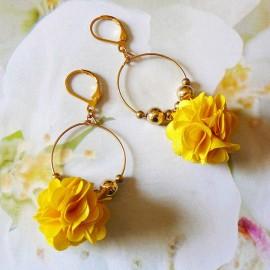 Boucles d'oreilles pendantes bohème, Daisy en laiton doré, fleur jaune en tissu, fait main Joanna Calla