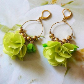 Boucles d'oreilles pendantes bohème, Daisy en laiton doré, fleur verte en tissu, fait main Joanna Calla