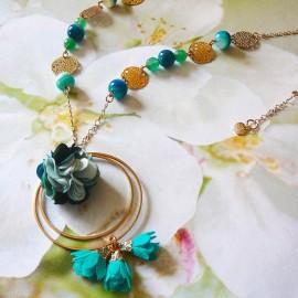 Collier sautoir bohème Flora, en laiton doré, fleur turquoise en tissu, fait main Joanna Calla