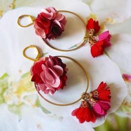 Boucles d'oreilles florales bohème pendantes Flora, en laiton doré, fleur rose rouge en tissu, fait main Joanna Calla