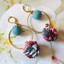 Boucles d'oreilles florales bohème pendantes Flora pour femmes, en laiton doré, fleur rose bleu en tissu, fait main Joanna Calla