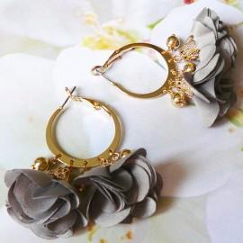 Boucles d'oreilles Lorea créoles, bohème plaqué or, fleur grise pompon en tissu, Joanna Calla