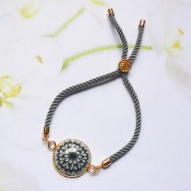 Bracelet bohème femme réglable sur cordon en nylon gris, fleur dahlia noire en argile polymère, fait main, Joanna Calla