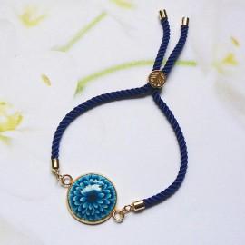 Bracelet bohème femme réglable sur cordon en nylon bleu, fleur dahlia bleue en argile polymère, fait main, Joanna Calla